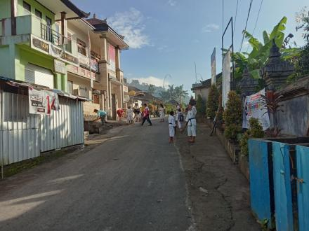 """""""Bali Resik Sampah Plastik"""" : Pemdes Sepang Gelar Gotongroyong di Pusat Desa"""