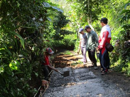 Memasuki Hari Pertama Pegerjaan, Perbekel Sepang Pantau Kegiatan Rabat Beton di Banjar Baru