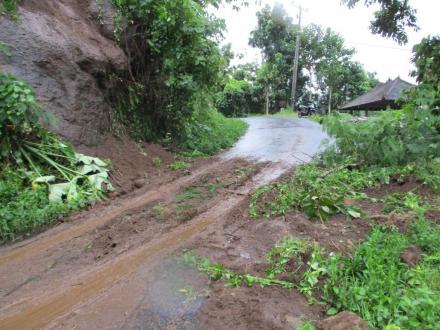 Hujan Lebat Sebabkan Runtuhan Tanah di Jalan Penghubung Sepang – Sepang Kelod
