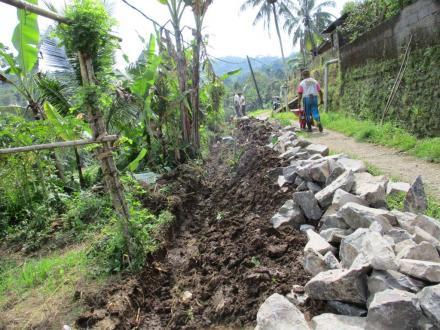 Hari Pertama Proyek Senderan Menuju Pangkung Sema, Pekerja Fokus Gali Lubang Senderan