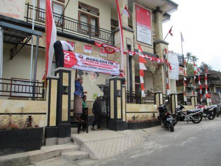 Sambut Bulan Kemerdekaan, Dekorasi Merah Putih Hiasi Area Kantor Perbekel Sepang